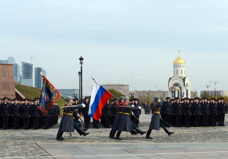 Soldaten des Schutzes der Ehre von Preobrazhensky eines unterschiedlichen Kommandanten Regiment mit der russischen Flagge auf Pok stockfotografie