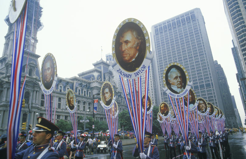 Soldaten, die in amerikanische zweihundertjährige Parade, Philadelphia, Pennsylvania marschieren lizenzfreie stockfotos
