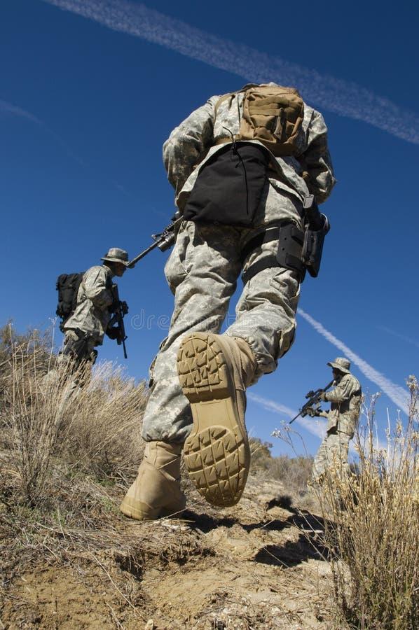 Soldaten, die auf dem Gebiet gehen stockbild
