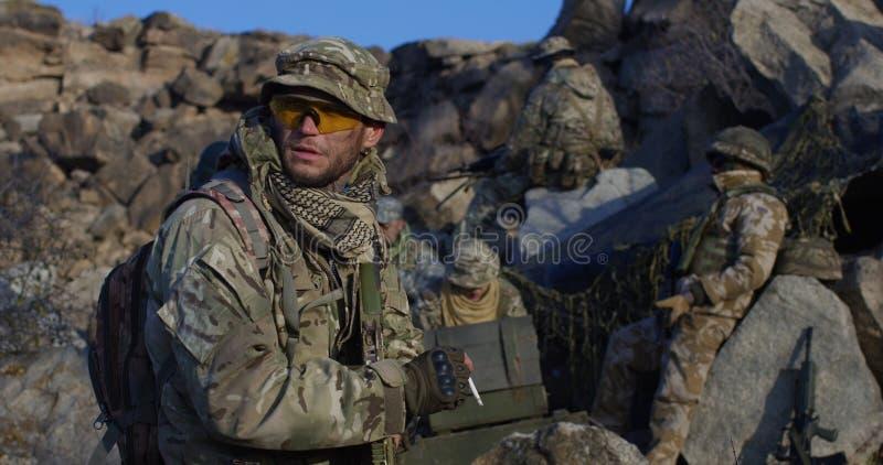 Soldaten, die eine Pause von der Patrouille machen stockbild