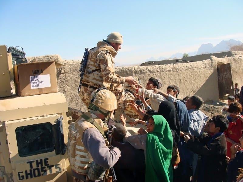 Soldaten, die Nahrung in Afghanistan teilen stockfotografie