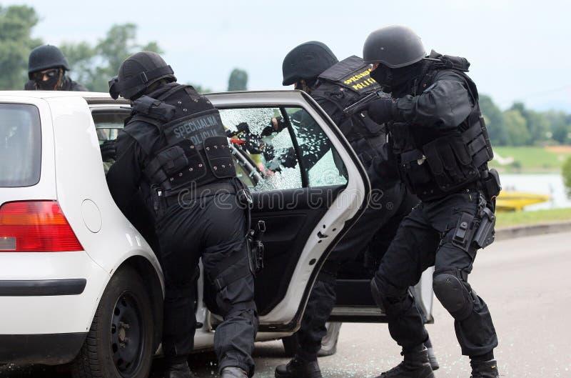 Soldaten, die Terroristen sprengen stockfoto