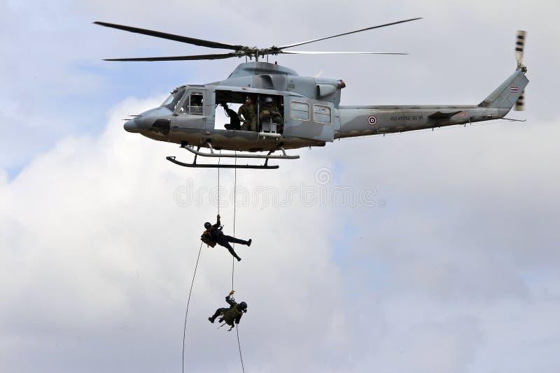 Soldaten, die von einem Luftkissenfahrzeug abseiling sind stockfotos