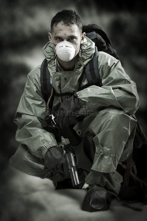 soldaten för gasmaskpersonståenden kriger arkivfoton