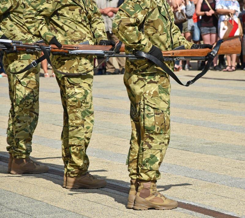 Soldaten in Folge mit Gewehren stockfoto