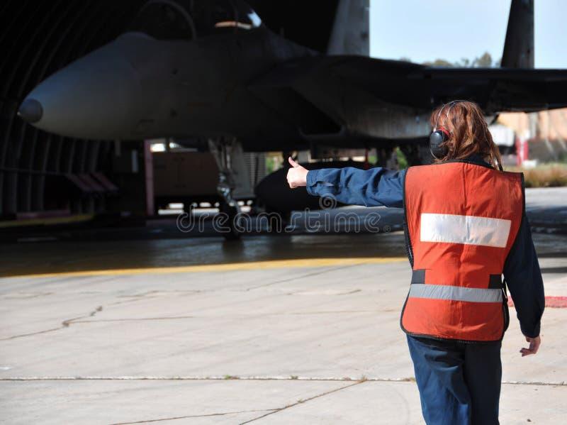 Soldaten ger hennes godkännande till flyget royaltyfria foton