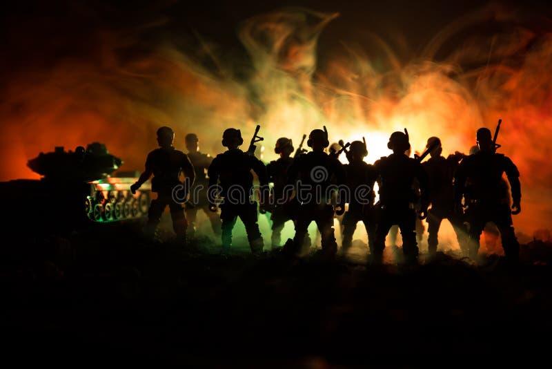 Soldaten im vollen Gang Militärschattenbilder, die Szene auf Kriegsnebel-Himmelhintergrund, Weltkrieg-Soldat-Schattenbilder unter stockbilder