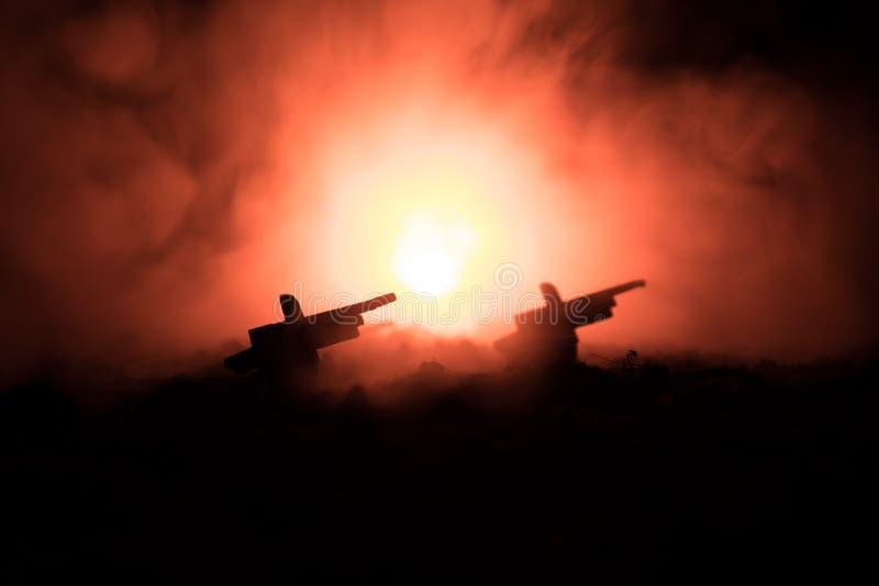 Soldaten im vollen Gang Militärschattenbilder, die Szene auf Kriegsnebel-Himmelhintergrund, Weltkrieg-Soldat-Schattenbilder unter lizenzfreie stockfotografie