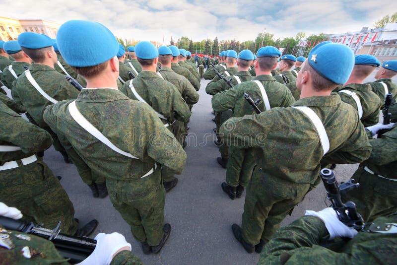 Soldaten mit dem Gewehrmarschieren lizenzfreie stockfotografie