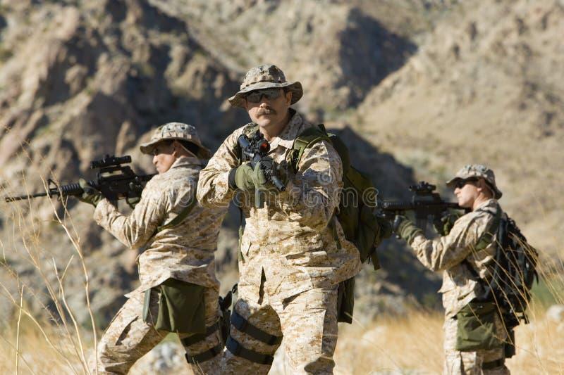 Soldaten mit Gewehren auf Dienstreise stockfotografie