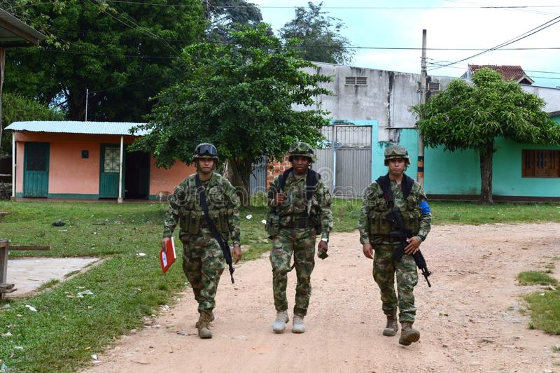 Soldaten patrouillieren das Stadt La Macarena lizenzfreie stockfotos
