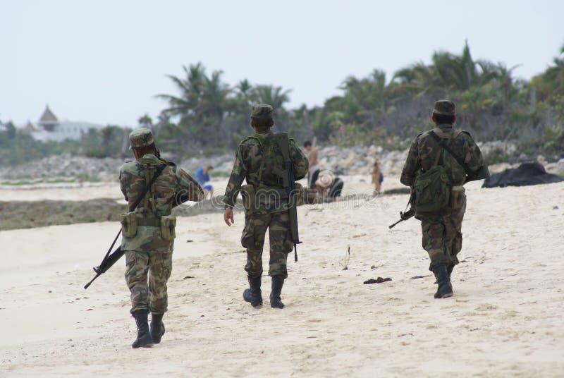 Soldaten patrouillieren einen Strand lizenzfreies stockfoto