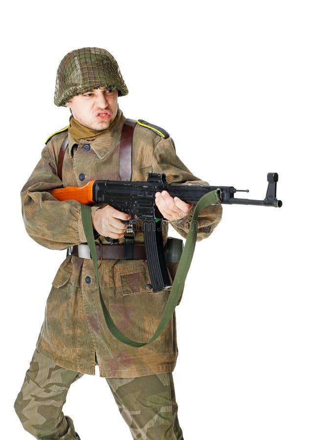 Soldaten skjuter submachinevapnet arkivbild