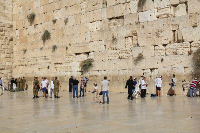 Soldaten und andere jüdische Männer an der Klagemauer stockfotos