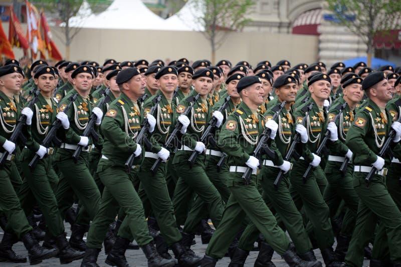 Soldaten vom 4. sch?tzt Beh?lter Cantemir-Abteilung w?hrend der Parade auf rotem Quadrat zu Ehren des Siegtages stockbilder