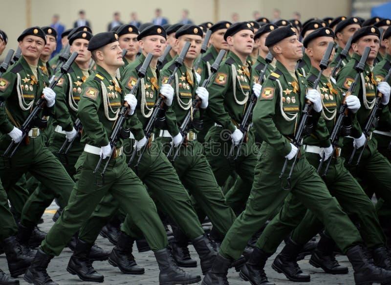 Soldaten vom 4. sch?tzt Beh?lter Cantemir-Abteilung w?hrend der Parade auf rotem Quadrat zu Ehren des Siegtages lizenzfreie stockfotografie