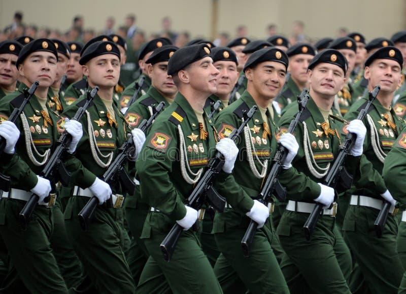 Soldaten vom 4. sch?tzt Beh?lter Cantemir-Abteilung w?hrend der Parade auf rotem Quadrat zu Ehren des Siegtages lizenzfreies stockbild