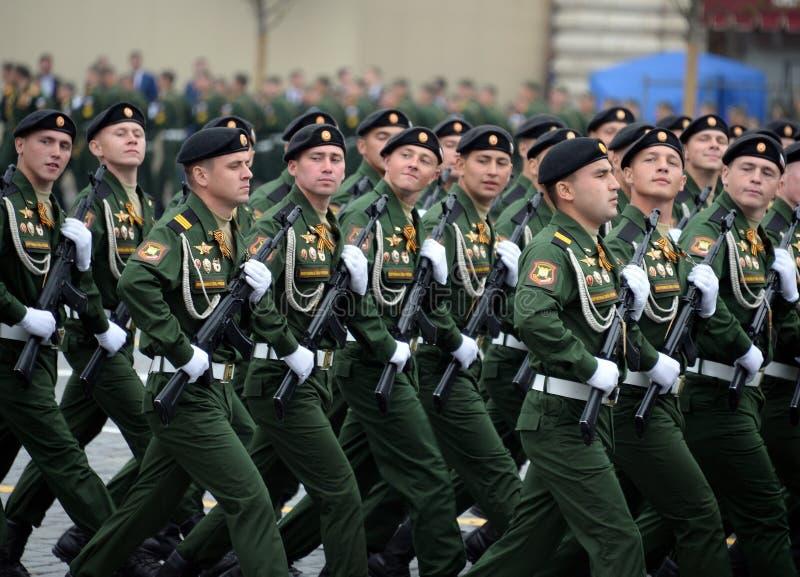 Soldaten vom 4. sch?tzt Beh?lter Cantemir-Abteilung w?hrend der Parade auf rotem Quadrat zu Ehren des Siegtages lizenzfreies stockfoto