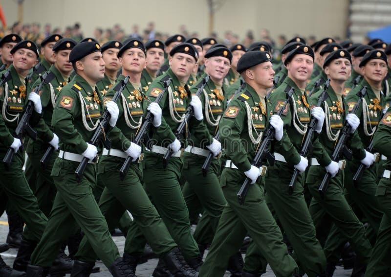 Soldaten vom 4. sch?tzt Beh?lter Cantemir-Abteilung w?hrend der Parade auf rotem Quadrat zu Ehren des Siegtages lizenzfreie stockfotos