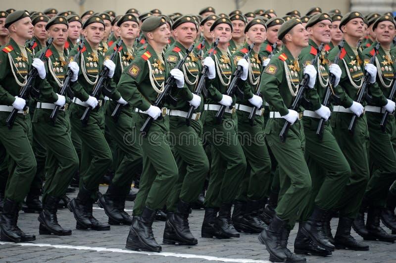 Soldaten vom 2. sch?tzt motorisierte Gewehr Taman-Abteilung w?hrend der Parade auf Rotem Platz zu Ehren Victory Days lizenzfreie stockbilder