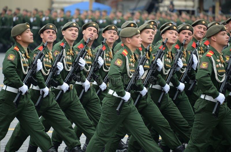 Soldaten vom 2. sch?tzt motorisierte Gewehr Taman-Abteilung w?hrend der Parade auf Rotem Platz zu Ehren Victory Days stockbild