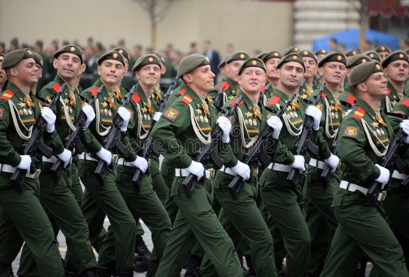 Soldaten vom 2. sch?tzt motorisierte Gewehr Taman-Abteilung w?hrend der Parade auf Rotem Platz zu Ehren Victory Days lizenzfreie stockfotografie