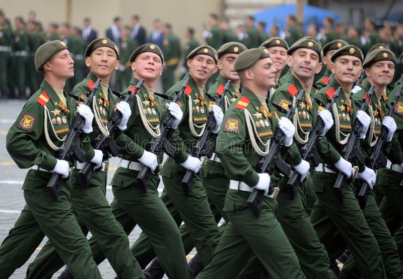 Soldaten vom 2. sch?tzt motorisierte Gewehr Taman-Abteilung w?hrend der Parade auf Rotem Platz zu Ehren Victory Days lizenzfreies stockbild