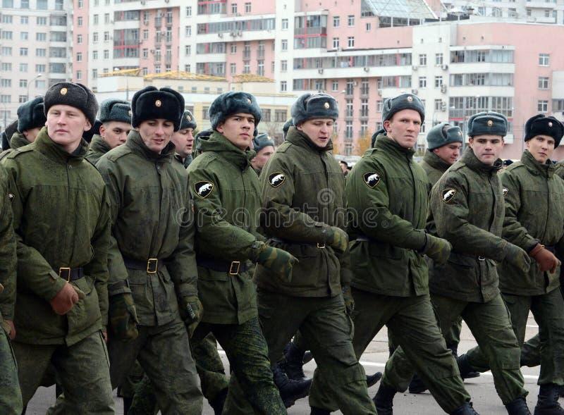 Soldater av den inre soldatmarschen Förberedelse för ståta på November 7 i röd fyrkant arkivfoto