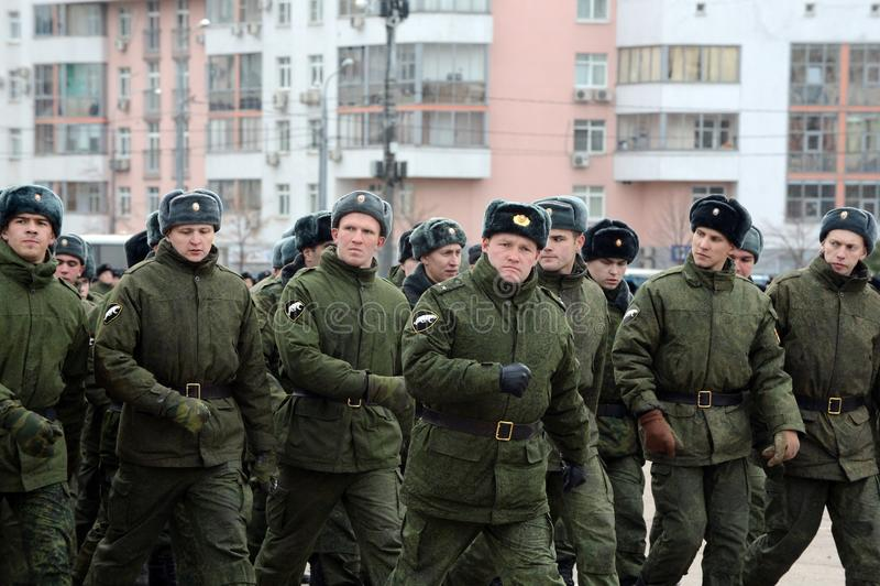 Soldater av den inre soldatmarschen Förberedelse för ståta på November 7 i röd fyrkant fotografering för bildbyråer
