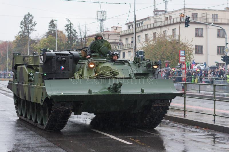 Soldater av den tjeckiska armén rider det armerade återställningsmedlet VT-72M4 CZ på militär ståtar royaltyfri bild