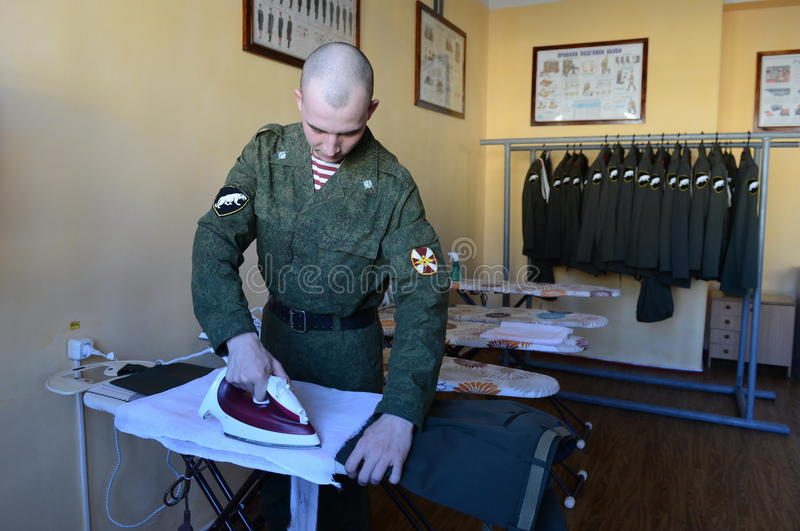 Soldater av inre soldater som slår formen i det nytto- rummet av barackerna arkivbild