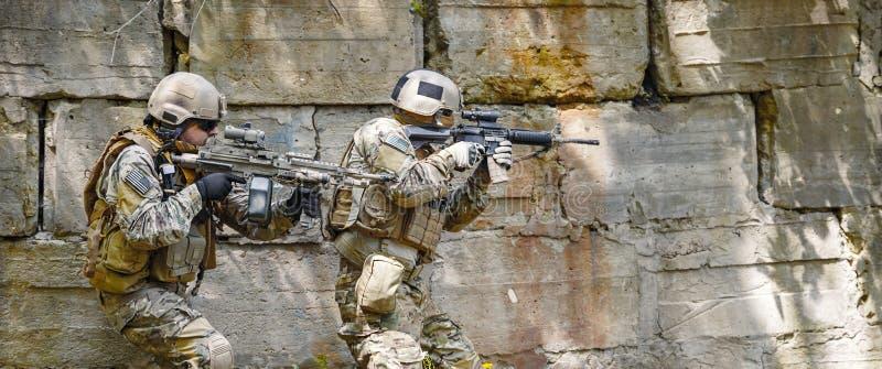Soldater för gröna basker i handling royaltyfria foton
