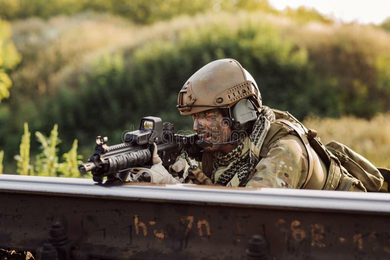 Soldater i en bakhåll som siktar på fienden royaltyfri foto