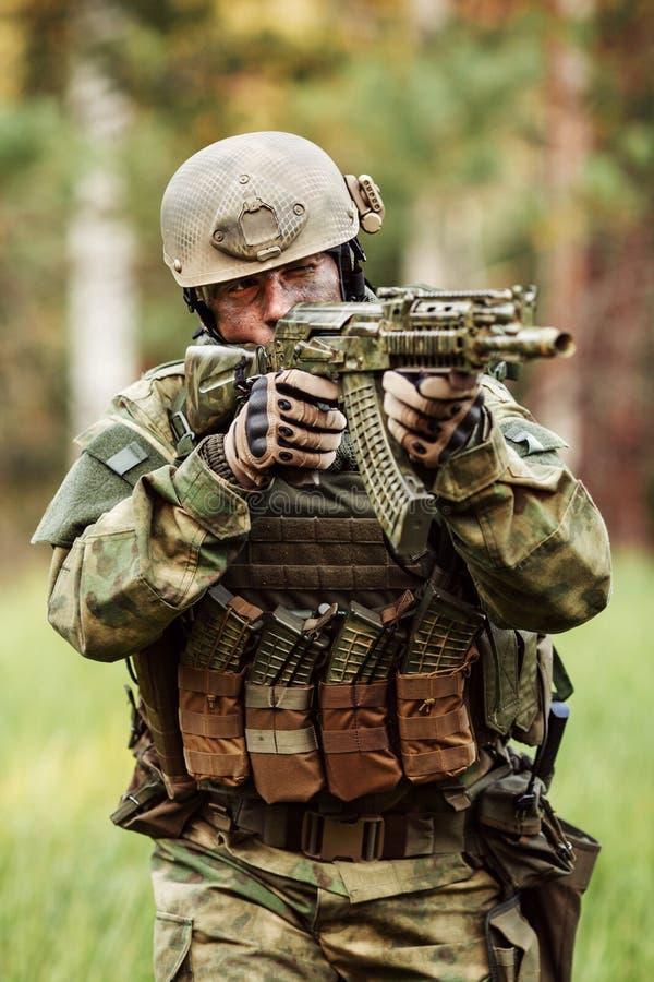 Soldater i en bakhåll som siktar på fienden arkivfoton