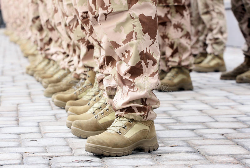 Soldater i en ro. arkivfoto