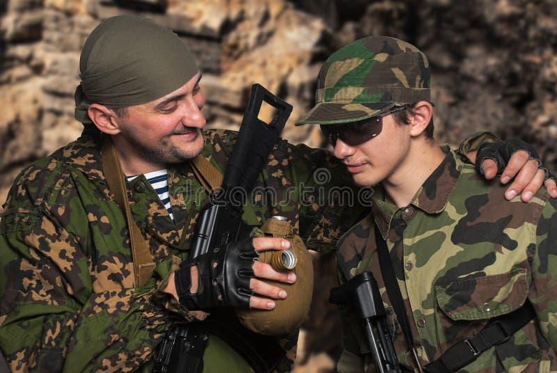 Soldater i läger efter stridoperationer royaltyfri foto