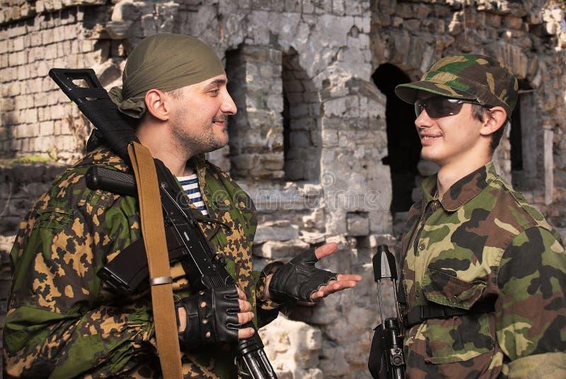 Soldater i läger efter stridoperationer arkivfoton