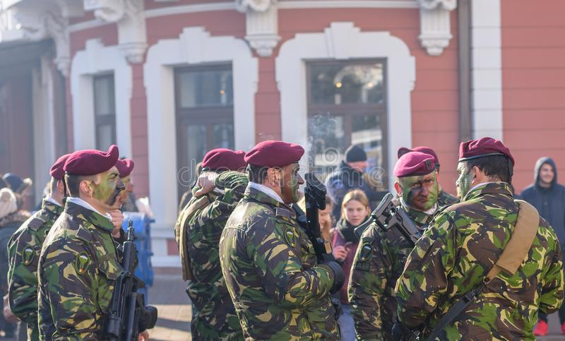 Soldater i militär gör grön enhetlig marsch och att fira royaltyfria bilder