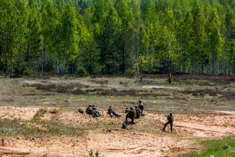 Soldater i militär utbildning Saber Strike i Lettland arkivbild