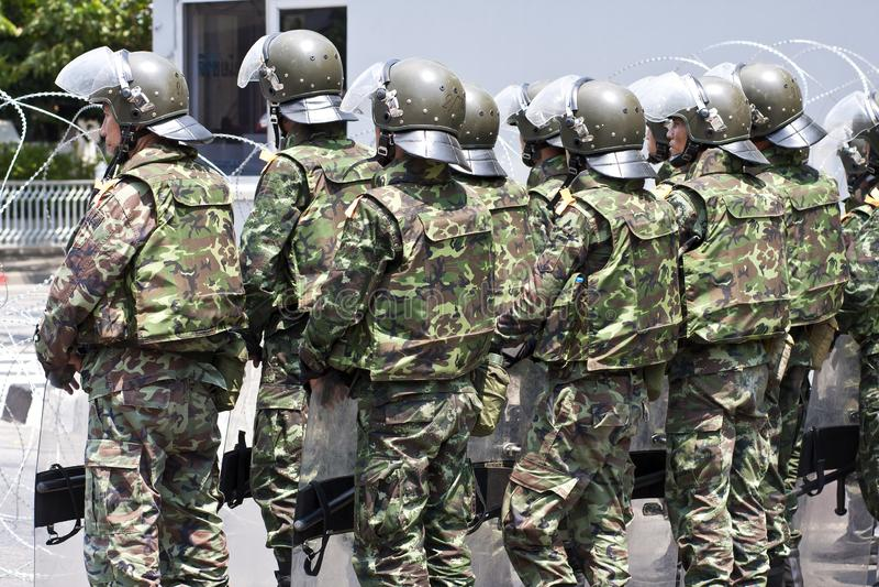 Soldater med tumultkugghjulet i bangkok arkivfoto