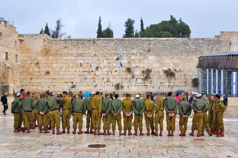 Soldater på den att jämra sig väggen, Jerusalem Israel royaltyfria bilder