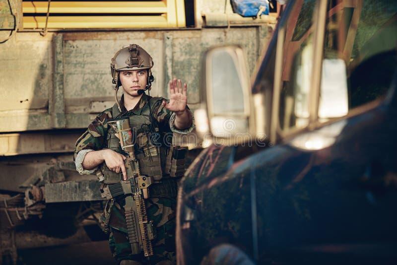 Soldater på testpunktet stoppade en bil royaltyfria bilder