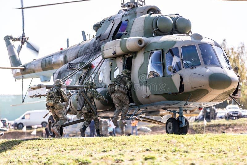 Soldater som landar på den militära helikoptern och specialförbanden som utför en militär demonstration arkivfoton