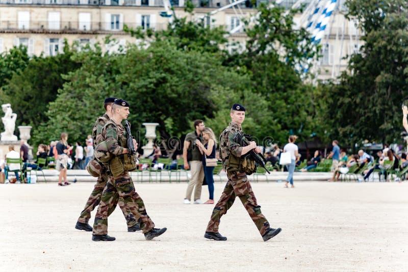 Soldater som patrullerar i Paris arkivbilder