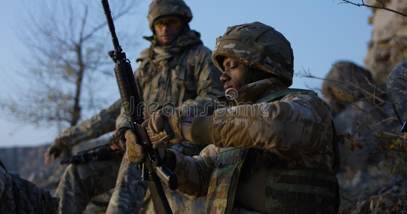 Soldater som sitter under ett avbrott i en anfall royaltyfri fotografi