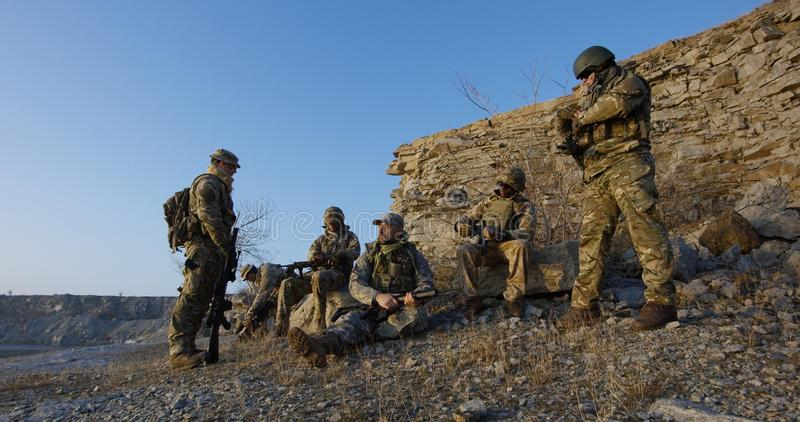 Soldater som sitter under ett avbrott i en anfall royaltyfria bilder