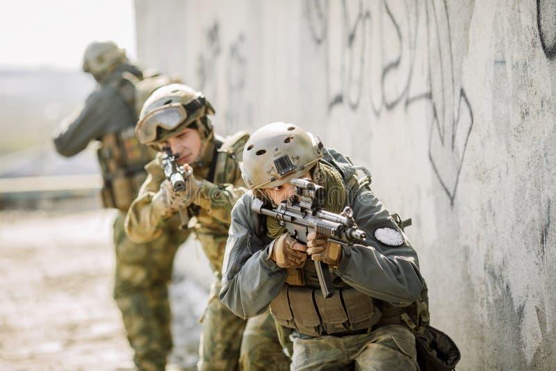 Soldater stormade den byggnad fångade fienden royaltyfri fotografi