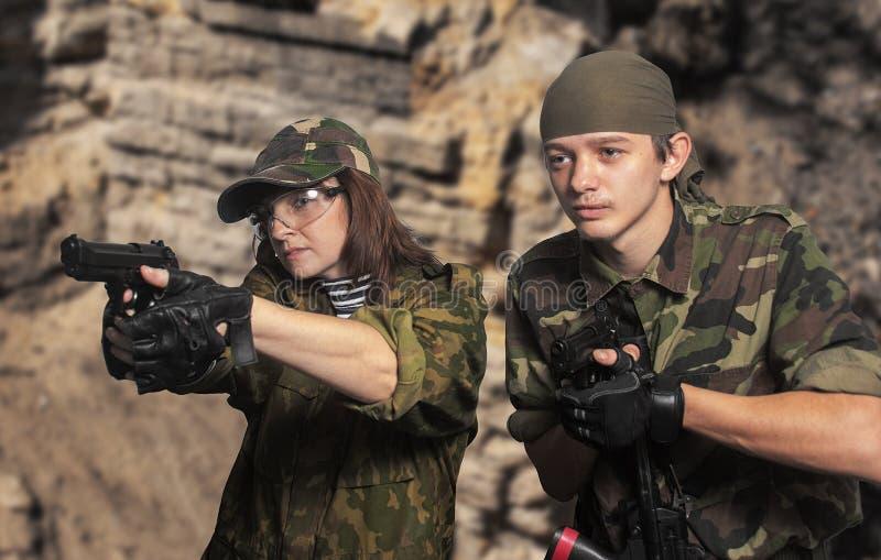 Soldater upp i armar royaltyfri foto