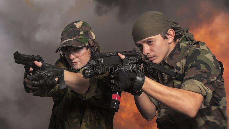 Soldater upp i armar royaltyfria foton