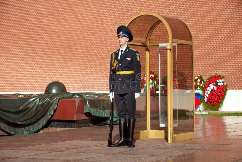 Soldati cambianti della guardia nel giardino del ` s di Alexander vicino alla fiamma eterna a Mosca, Russia fotografia stock libera da diritti